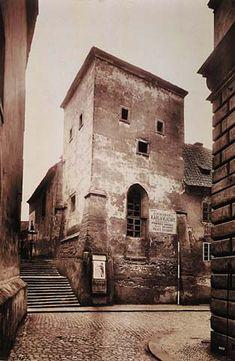 Románská kaple sv. Lazara mezi Lazarskou ulicí a Karlovým náměstí byla zbořena i s přilehlým špitálem v r. 1900. (Foto J. Eckert, před r. 1900