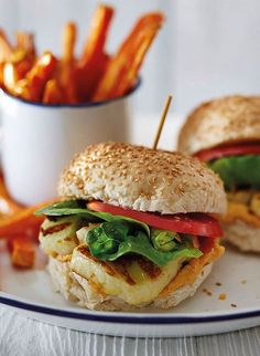 For a tasty vegetarian dinner, try this halloumi burger, topped with crunchy vegetables and rich houmous. Simple and satisfying. dinner halloumi Halloumi burgers with red pepper houmous and sweet potato chips Vegetarian Recipes Easy, Veggie Recipes, Cooking Recipes, Healthy Recipes, Vegetarian Cooking, Vegetarian Dinners, Veggie Bbq, Vegetarian Burgers, Diet