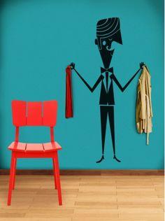 Será que o culpado é sempre o mordomo? Nesse adesivo de parede, ele parece estar com a consciência bem tranquila! Leônidas é o nome do prestativo rapaz da Meu Adorável Iglu e ele parece estar doido para mudar de casa. Com 95 x 40 cm de tamanho, os ganchinhos para pendurar casacos não estão inclusos (mas é fácil achá-lo nas lojas de construção) e custa R$ 109