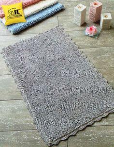 Tappeto bagno rettangolare con delicato bordo crochet in colore grigio