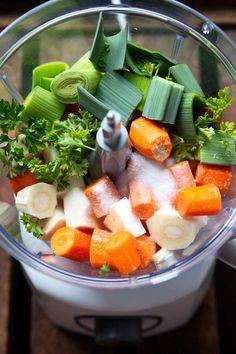 Gemüsebrühe selber machen - So geht's super einfach - Kochkarussell Prepare caldo de verduras usted mismo: es muy fácil: cocinar carrusel Easy Cooking, Cooking Tips, Healthy Dinner Recipes, Healthy Snacks, Healthy Soup, Soup Recipes, Clean Eating Dinner, Super Easy, Meal Prep