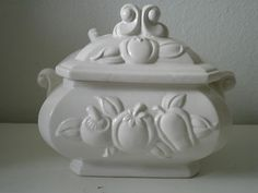 Vintage Small Soup Tureen White Cream color with fruit pattern excellent cond Some Like It Hot, Fruit Pattern, White Porcelain, Casseroles, Bowls, Soup, Vase, Ceramics, Colour
