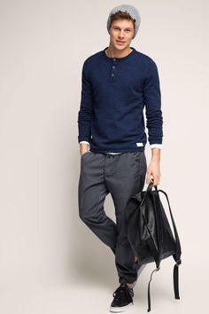 Cool reduziertes Outfit mit dunkelblauem Henley Pulli aus reiner Baumwolle (€ 39,99) weißem Shirt und grauen Chinos. | EDC by Esprit