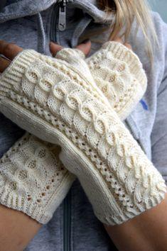 KARDEMUMMAN TALO: Kämmekkäät pitsillä Knitted Mittens Pattern, Crochet Mittens, Baby Knitting Patterns, Knitting Stitches, Knitting Socks, Fingerless Gloves Knitted, Knitted Hats, Wrist Warmers, Pulls