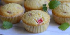 Svampede og lækre rabarbermuffins med en sød og syrlig smag.