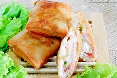 Before the cool weather hit, I wanted to share this delicious little stuffed pocket recipe with you. Crispy on the outside and melty on the inside, these Hawaiian Ham & Cheese Pockets are stuffed with salty ham, sweet pineapple and bell peppers, and ooey, gooey cheese! They'll hit all of your comfort food cravings and are the perfect appetizer for a get-together!