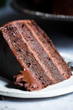 The Best Paleo Chocolate Avocado Cake – This dairy and gluten free Chocolate cake is SO fluffy and moist you'll never believe it's butter/oil free and made with avocado! The BEST healthy chocolate cake you will ever have! Chocolate Low Carb, Gluten Free Chocolate Cake, Healthy Chocolate, Chocolate Cupcakes, Dessert Mousse, Paleo Dessert, Dessert Recipes, Stevia, Coconut Oil Fudge