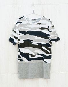 T-shirt camuflagem. Descubra esta e muitas outras roupas na Bershka com novos artigos cada semana