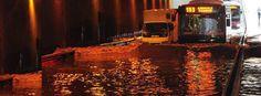 İzmir'de sürpriz yaz yağmuru hayatı olumsuz etkiledi. Konak alt geçitin tıkanması nedeniyle sürücüler zor anlar yaşadı.