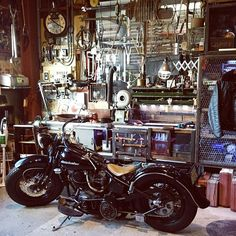 Riders jacket / Brocanto / Harley / JUNK / Motorcycle Garage / Industrial … and other interior Garage Cafe, Old Garage, Garage Tools, Garage Shop, Garage Workshop, Garage Ideas, Motorcycle Workshop, Motorcycle Shop, Motorcycle Garage