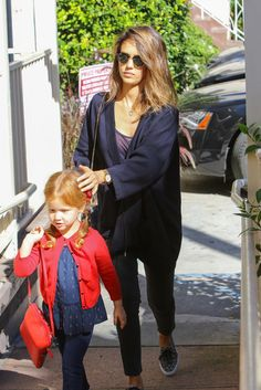 Jessica Alba Photos - Jessica Alba Has Breakfast with Daughter Haven - Zimbio