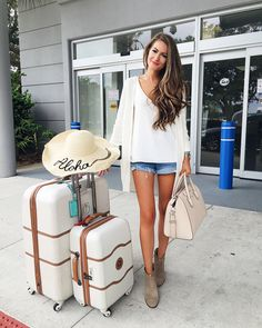 Travel with style: 15 summer airport outfits – styleoholic Flughafen-Outfits mit Shorts / Jeans. Summer Airplane Outfit, Airplane Outfits, Travel Outfit Summer, Summer Outfits, Summer Wear, Summer Chic, Style Summer, Cute Airport Outfit, Airport Travel Outfits