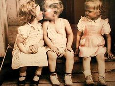 La chica es celosa de sus amigos porque el chico besa un otra chica!