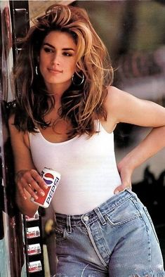 """Cindy Crawford: """"Those cut off Levis helped make this commercial iconic!"""" Cindy Crawford: Those cut off Levis helped make this commercial iconic! Street Style Jeans, Denim Style, Look 80s, 1990 Style, Cooler Stil, Look Vintage, Vintage Denim, Vintage Beauty, Retro Vintage"""