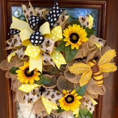 Bumblebee and sunflower wreath with burlap mesh. Deco Mesh Crafts, Wreath Crafts, Deco Mesh Wreaths, Diy Wreath, Burlap Wreaths, Wreath Ideas, Diy Crafts, Door Wreaths, Easter Wreaths