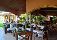 O charme da área externa fica por conta do lounge com mobiliário em fibras naturais e do gazebo, onde estão localizados um toalete e a sauna.