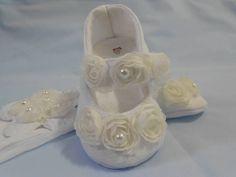 Sapatinho em piquet, forrado com feltro e tricoline R$45,00 Para bebês de 0 a 9 meses Tiara confeccionada com meia de seda  - R$15,00 R$ 60,00