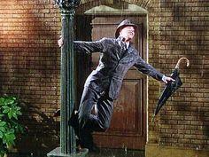 Cantando na Chuva (1952) é estrelado por Gene Kelly que interpreta Don Lockwood, dançarino e ator, galã dos filmes de romance e paixão, o ídolo das matinês. Mas, na vida real, seu relacionamento com a atriz com a qual contracena, Lina Lamont (Jean Hagen), não vai bem. Ele prefere a companhia da aspirante à atriz Kathy Selden (Debbie Reynolds), que conheceu enquanto escapava de suas fãs.
