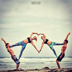 Group acro yoga love Mais