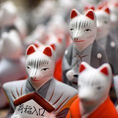 Fushimi Inari Taisha à Kyoto, le sanctuaire aux torii rouges Japan Trip, Japan Travel, Kyoto, Fushimi Inari Taisha, Fox Spirit, Foxes, Temples, Masks, Japanese