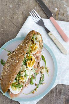 Soms heb je geen zin in een uitgebreid recept, maar wil je gewoon een lekker broodje. Ook dat kan! Vandaag deel ik een heerlijk broodje met zalm. Met wasabimayonaise en ei. Vaak staan er met de paasbrunch meerdere kleine gerechtjes op tafel. Zodat je lekker kunt pakken en meerdere dingen kunt eten. Maar dat hoeft... LEES MEER... Lunch Snacks, Lunch Recipes, Healthy Recipes, Lunches, I Love Food, Good Food, Yummy Food, Road Trip Food, Salty Foods