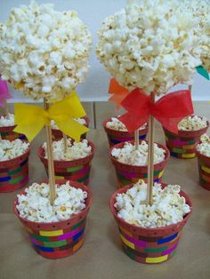 Great festive decoration with popcorn! Festa Party, Diy Party, Party Favors, Popcorn Tree, Popcorn Balls, Popcorn Crafts, Christmas Popcorn, Popcorn Favors, Sweet Trees