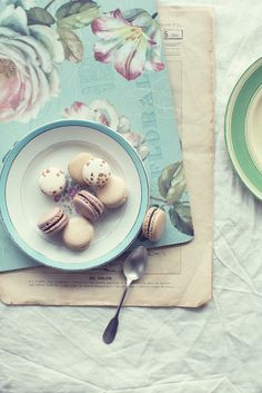 layout and styling: Macarons - Mokka. My Dessert, Dessert Recipes, Desserts, Lavender Macarons, French Macaroons, Delicious Fruit, Yummy Food, Something Sweet, Snack