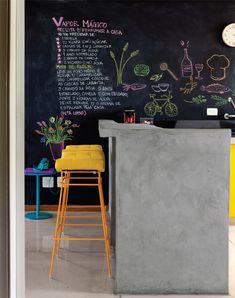 yellow + chalkboard Love the concrete counter, funky yellow stools and a white chalk wall! Interior Exterior, Kitchen Interior, Interior Design, Blackboard Wall, Kitchen Chalkboard, Chalk Wall, Interior Minimalista, Concrete Counter, Concrete Bar