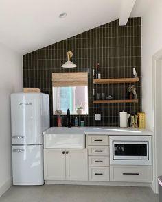Loft Kitchen, Apartment Kitchen, Kitchen Decor, Apartment Ideas, Kitchen Ideas, Brown Kitchen Tiles, Dyi, Small Kitchen Layouts, Kitchen Designs