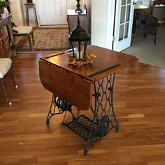 Shabby Chic Furniture In a family room, try to arrange your furniture into centers. Vintage Sewing Machines, Wooden Diy, Decor, Furniture Diy, Furniture, Furniture Makeover, Painted Furniture, Vintage Furniture, Redo Furniture