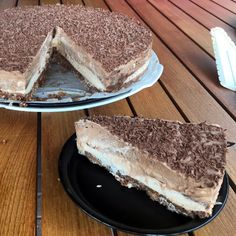 #Chocolade-#karamel #cheesecake met geschaafde chocolade. Verse #roomkaas, #slagroom, pure chocolade én salted karamel! Karamel Cheesecake, Tiramisu, Snacks, Ethnic Recipes, Food, Appetizers, Eten, Tiramisu Cake, Meals