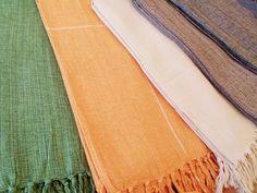 Mantas para cama e sofá feitas em tear. Tecidas 100% em algodão e acabadas com franjas. Lindas. Confira preços e medidas em nossa loja virtual > www.sacariasantoandre.com.br