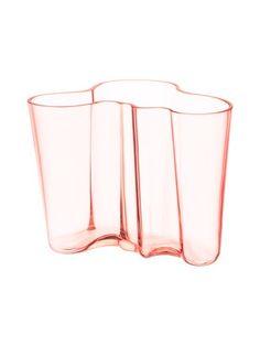 Klassikkomaljakko edustaa Alvar Aallon maailmankuulua muotoilua. Materiaali lasia. Käsinpesu.