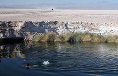 En pleno Salar de Atacama, el quinto más extenso del mundo, luego de un estudio geológico en dos sitios cercanos empieza a brotar agua dulce de napas subterráneas, hecho que obliga a abandonar las pruebas. Lo curioso, es que ambas perforaciones terminan con los años cubiertas de agua dulce en un estanque que no para de crecer en medio de un paisaje que parece de otro planeta.