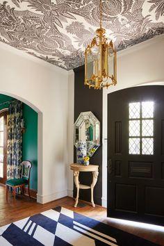 Love the wallpapered ceiling! A Jewelry Designer's Color-Rich Dallas Home Foyer Wallpaper, Wallpaper Ceiling Ideas, White Wallpaper, Porch Ceiling, Ceiling Decor, Deco Originale, Ideas Hogar, Interior Decorating, Interior Design
