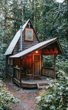 The addition of a covered porch, adds extra living space to a small house. #RusticCabins