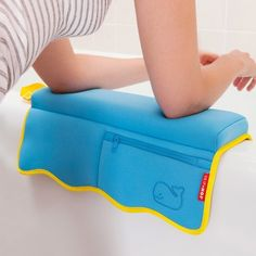 Elbow Rest Pad for Bath Time Baby Shower Gifts, Baby Gifts, Baby Life Hacks, Baby Gadgets, Baby Necessities, Baby Time, Baby Bath Time, Baby Supplies, Everything Baby