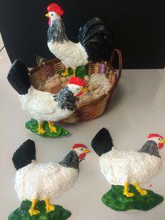 3 kippen en 1 haan van gips, beschilderd met acrylverf.