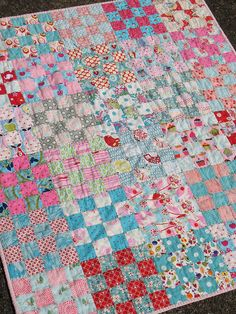 Patchwork Quilt: sweet sixteen patch quilt with wonderful fabric combinations Scrappy Quilts, Easy Quilts, Small Quilts, Strip Quilts, Quilting Projects, Quilting Designs, Sewing Projects, Quilt Baby, Postage Stamp Quilt