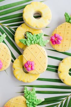 These pineapple cookies would be the perfect idea to serve at a pineapple party. Would look cute on a table with the rest of the pineapple decorations. Iced Cookies, Royal Icing Cookies, Sugar Cookies, Luau Birthday, 1st Birthday Parties, Birthday Ideas, Pineapple Cookies, Hawaiian Cookies, Cookies Decorados