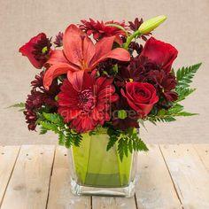 Mira esta imagen de quedeflores.com Este arreglo floral rojo está lleno de vitalidad y frescura, incluye un cubito de cristal ideal para enviar a hospitales, oficinas y decorar hogares. #quedeflores.com #qdf #rosas #gerberas #margaritas #lilium #lirios #rojo #red #flores #jarrondeflores #jarronconflores #decorarconflores #floristería