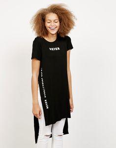 Camiseta larga aberturas laterales texto - Novedades - Bershka España