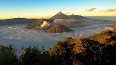 Gunung Bromo - All'alba dal punto di vista del vicino monte Penanjakan (2.770 m.) il vulcano di Bromo (2.392 m.), il Monte Semeru (3.676 m.), e il Batok.