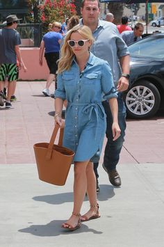 Reese Witherspoon wearing Draper James Belted Chambray Shirtdress and Valentino Rockstud Double Leather Sandals Shirtdress Outfit, Denim Dress Outfit Summer, Long Denim Shirt Dress, Denim Shirt Style, Summer Outfits, Chambray Dress, Reese Witherspoon Style, Looks Jeans, Everyday Dresses