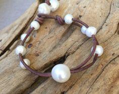 Ovalada pulsera de perlas y cuero