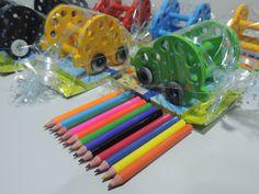 Olha que dica legal! <br> <br>Porta Lápis de Cor em formato de Carrinho. <br> <br>Enfeite o quarto da criança, o cantinho de estudos, presenteie os amiguinhos da escola. <br> <br>PS.: Acompanha uma caixinha com 12 mini lápis. <br> Embalamos os carrinhos em plásticos individuais. <br> <br>Faça sua encomenda! <br> <br>Acima de 20 unidades, preço promocional de R$ 9,00. <br>Acima de 50 unidades, preço promocional de R$ 8,00.