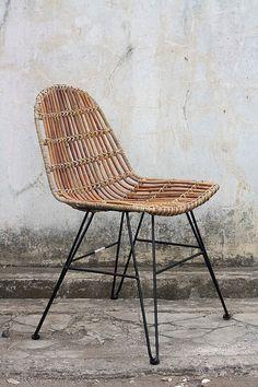 Das Stuhl-Set von SIT erobert dein Esszimmer mit einer stilvollen Mischung aus coolem Industrial-Style und natürlichem Vintage-Charme! Sitzfläche und Rückenlehne wurden aus ungeschältem Rattan hergestellt, das Untergestell besteht aus Metall.