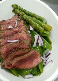 Filet de boeuf, haricots mange-tout et asperges vertes (plat sans gluten)