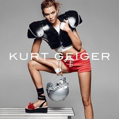 Le mannequin #KarlieKloss est égérie de la marque de chaussures luxueuse #KurtGeiger .