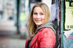 """Romy Geßner Fotografie - Business Fotoshooting: Inspiration Pose für ein Fotoshooting in dem Deine Persönlichkeit rüber kommt. Businessfotografie Frauen - Inspiration durch Romy Geßner aus Hamburg. Diese Fotografin kann ich von ganzen Herzen empfehlen. Sie arbeitet erstklassig!!  - Romy Geßner (@romygessner) auf Instagram: """"Henrike arbeitet nicht nur als Kommunikationsberaterin, sondern bloggt auch auf www.boxofbirds.de.…"""" --> Auf Bild klicken, um zu Romys Instagram Account zu kommen"""